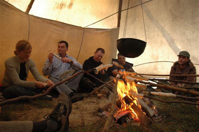 Pieczenie podpłomyków w tipi - czyli element relaksujący uczestników imprezy integracyjnej